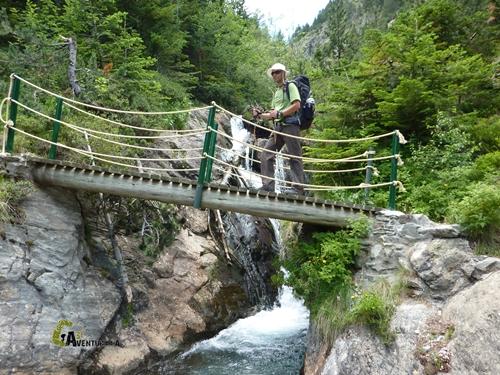 Cruzando arroyos por puente de madera