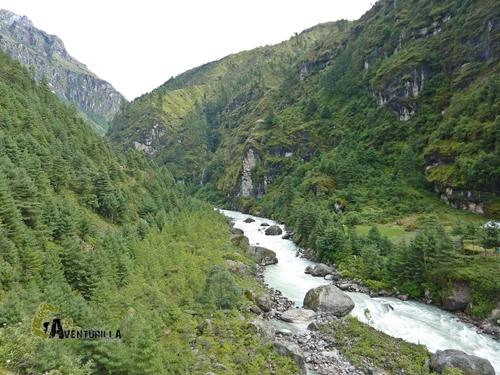 río Dudh Koshi Nadi en Nepal