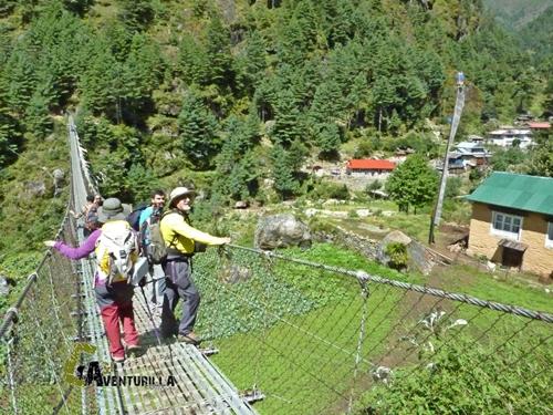 Cruzando un puente en Nepal