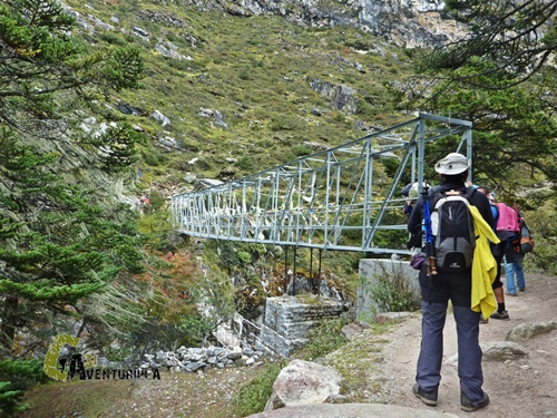 Puente en el río Imja Khola