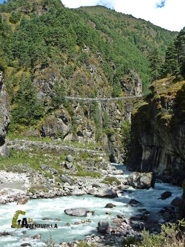 Vistas desde un puente colgante en Nepal