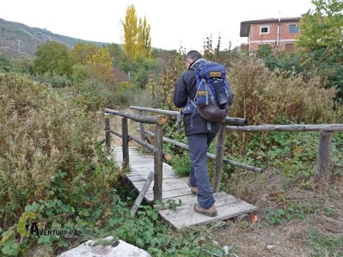 Puente de madera en el río Bohilgues