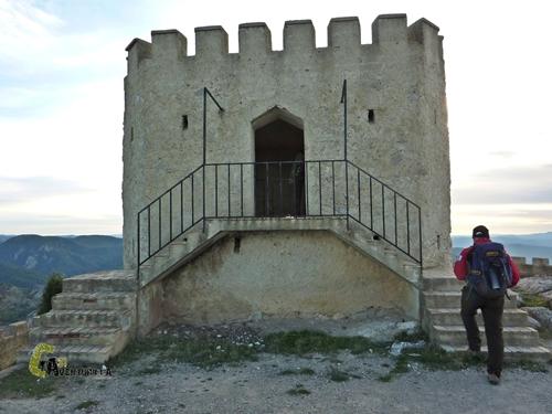 Torre almenada en el pico del Remedio