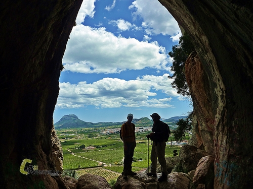 Cueva en la sierra Segaria