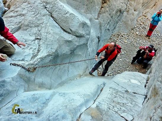 pasos con cadenas en el río Lucena