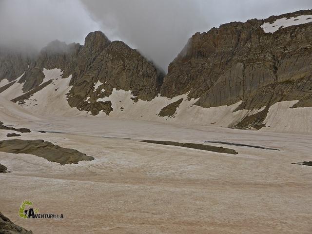 Lago de Marboré y Brecha de Tucarroya con nieve