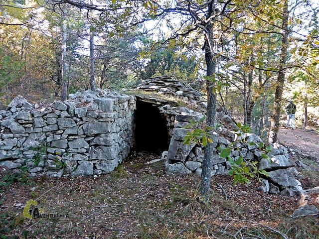 Cabaña-refugio contruida en piedra seca