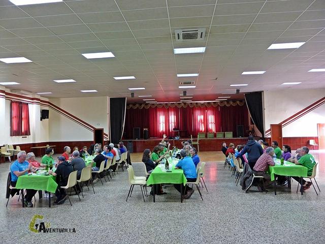 Vista general del grupo comiendo en el pabellón Multifuncional de Ribesalbes