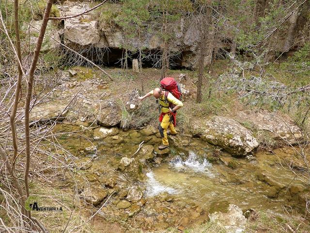 Cruzamos el río Alfambra en varias ocasiones, las crecidas ocasionales pueden dificultarnos el avance.