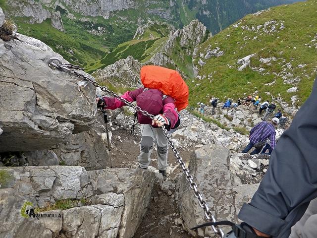 pasos con cadenas en el pico Giewont