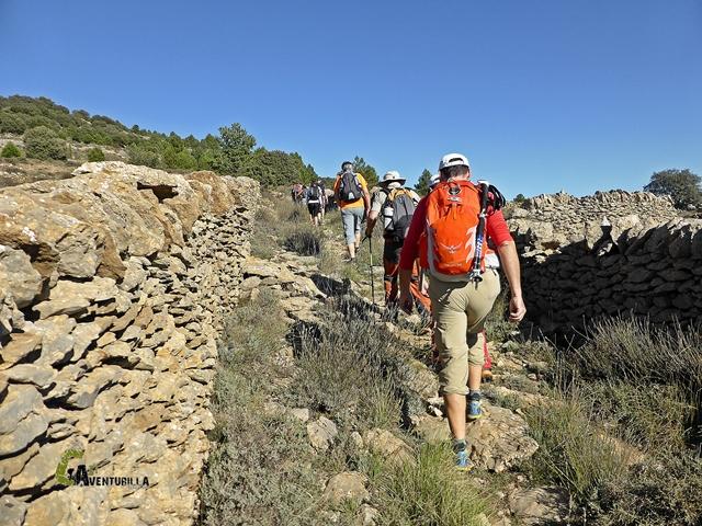 caminando entre muros de piedra
