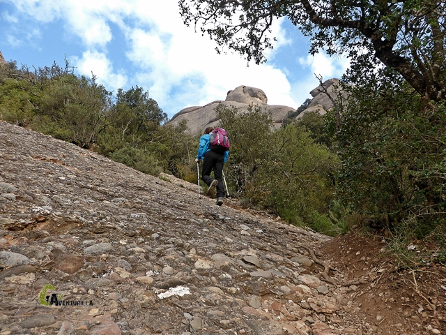 sendero rocoso en Montserrat