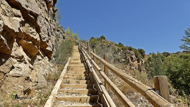 Escaleras hacia la presa del Arquillo