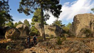 Sendero entre roca caliza