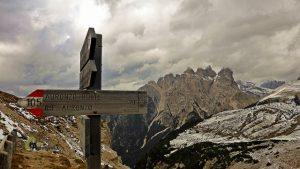 Paneles de senderismo en Dolomitas