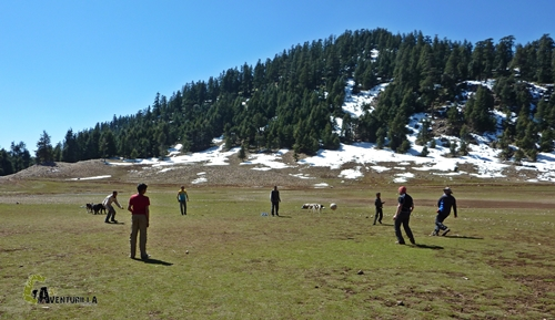 Jugando al fútbol con bereberes
