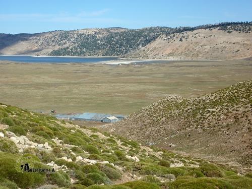 Al fondo, el lago Aguelmane Sidi Ali