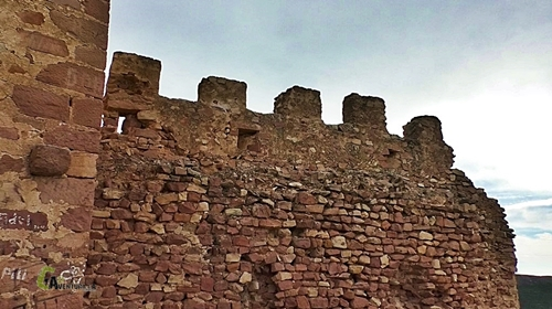 Detalle de la muralla del castillo de Serra