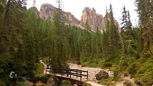 puente de madera en Dolomitas