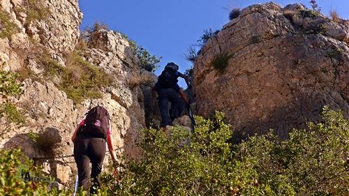 Superando paso con cadena en la montaña