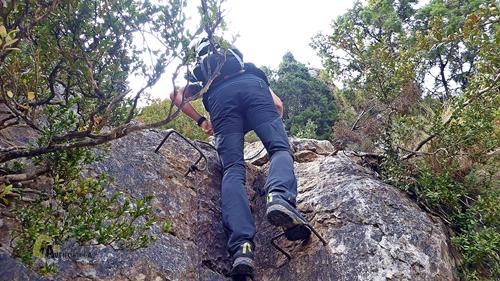 Bajando por grapas en la montaña