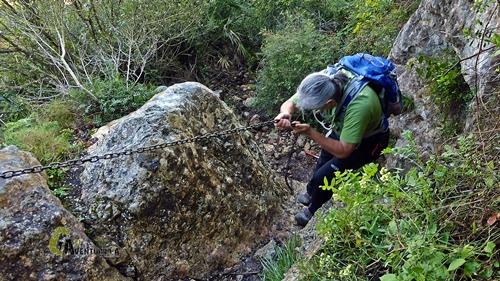 Paso equipado en la montaña con cadenas